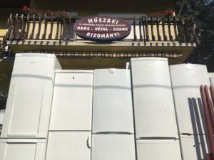 Üzlet kívülről - használt hűtő, használt mosógép